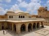 Если любите Индию, то вам обязательно стоит посетить Аджмер (Ajmer), основанный раджой Чауханом в VII ст. Город напоминает прекрасный цветок, распустившийся в зеленом оазисе посреди холмов Аравали. Любят сюда приезжать паломники, чтобы помолиться в индуистских храмах и мусульманских мечетях.