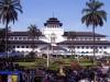 Бандунг (Bandung) – административный центр Индонезии, расположен на острове Ява. Первое упоминание о городе относится к 15 веку, но археологи говорят о существовании поселений на этом месте в доисторические времена.