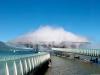 Правильное обеспечение водой и создание нужных условий достигается за счет сложной системы контроля, включающей в себя свою метеостанцию с датчиками, контролирующими влажность, ветер, температуру и другие параметры. Здание находится посреди озера, но остается легкодоступным с помощью моста длиной более ста метров. Перед входом в нависающее облако каждому туристу выдают плащ-дождевик.