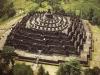 Его построили в 9 веке, но мощное извержение вулкана разрушило храм. Только в 1814 г. губернатор Явы Ст. Раффлз, узнавший от местных жителей, что в джунглях есть «мёртвый каменный город», отыскал его и попытался восстановить, но не успел – скоротечна болезнь погубила правителя. Храм снова погрузился в небытие. Только с помощью ЮНЕСКО в 60-х годах прошлого века начались работы по восстановлению ступы.