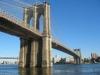 Простирается знаменитый мост над проливом Ист-Ривер, соединяя остров Манхэттен и Нью-Йорк сити с островом Лонг-Айленд, на котором находится Бруклин.