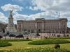 С 1837 года, когда на трон взошла королева Виктория, он стал официально именоваться королевским дворцом. Здесь есть огромный сад, госпиталь, отделение полиции, 2 почтовых офиса, бассейн, бар. Это все напоминает маленький город. В самом дворце насчитывается 775 комнат, включая королевский рабочий кабинет.