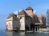 Это здание имеет прочную защитную конструкцию: со стороны дороги нависает неприступная каменная стена, а окна и террасы расположены над глубоким озером. Замок возвышается на небольшом утесе недалеко от берега, и раньше мост между замком и сушей поднимался.