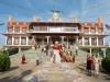 Именно на его территории был возведен дворец Ганден, который был первой резиденцией Далай-ламы. Уже позже, когда резиденцию перенесли в Потала, монахи Дрепунга стали приближенными верховного святителя, некоторые из которых выступали в качестве  регента, когда  очередной Далай-лама не достигал нужного возраста.