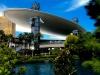 Не только внутри здания много интересных вещей. Снаружи Fashion Show Mall также впечатляет. Над центром вознеслось на 39-метровой высоте огромное 150-метровое облако. Днем оно создает привлекательную для людей тень, а вечером это экран.