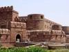 Однако, в споре, что ни на есть, рождается истина. Так, результатом творческих противоречий стали удивительной красоты дворцы из чистого мрамора Джехангир Махал и Кхас Махал, обескураживающие Жемчужная мечеть и Муссаман Мурза, а также множественные мечети и храмы, ограненные стеной из красного песчаника 2,5 км в длину и высотой 9 метров.
