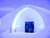 Гостиница занимает площадь в 5 тысяч кв. метров. И абсолютно все здесь создано из снега и льда. Вы можете увидеть ледяные полы и стены, удивительные светильники изо льда, стулья тоже ледяные, а кровать создана из снега. И даже в баре стекла, конечно же, сделаны изо льда. Лед, созданный из чистейшей воды, прозрачен и благодарно реагирует на любую подсветку.