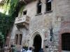 Дом Капелло находится на одноименной улице. Внутренняя сторона дворовой арки до сих пор украшена родовым гербом Даль Капелло в виде шляпы из мрамора. Здание построили в 18 в., позже здесь размещался дешевый постоялый двор.