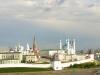 Располагается комплекс на берегу живописной реки Казанки, которая делает его еще более необычным. Кремль был настоящей крепостью, которую было очень трудно взять штурмом. Это объяснялось тем фактом, что с одной стороны его окружала река, а с другой – были вырыты оборонительные рвы.