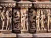 Во времена правления династии Чандела (10-12 вв) город был столицей и культурным центром этой части Индии. Здесь было выстроено порядка 80 храмов. До наших дней уцелело в нормальном состоянии всего лишь 25, и находятся они на территории в 21 кв. км.