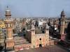 Главной местной достопримечательностью является знаменитый Лахорский форт. Возведен форт был в двенадцатом веке. На весь мир он славится своими чудесными садами и великолепными мраморными дворцами. Здесь же находится и самая большая мечеть в мире – мечеть Бадшахи. Впечатляет величественная мечеть Везир Хана и Золотая мечеть.