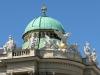 В восточном крыле дворца находится липицианская школа верховой езды, лошади-выпускницы которой танцуют в Венском конском балете. Возле Манежа расположена Сокровищница Хофбурга.