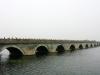Всего длина моста составляет чуть больше 265 метров, а в ширину он около 9,5 метров. Мост держится на 280 опорных столбах. В обоих концах моста по обе стороны находятся четыре колонны высотой по 4,6 метра. Все они сделаны из белого мрамора. Сам же мост построен из твердого гранита и имеет арочную конструкцию. Каждая из десяти арок имеет по треугольному железному столбу, защищающего мост от наводнения и обледенения.