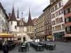 Невдалеке от площади возвышается городская ратуша, созданная в 1790 году. Невшатель называют городом-фонтаном, в средние века их было построено около 140. Тут находится самый известный фонтан в Швейцарии – со скульптурой грифона