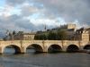 Конструкцию моста составляют два отдельных пролета. Семь арок присоединяют остров Сите к правому берегу, и еще пять – к левому. На острове Сите расположен сквер du Vert Galan, что в переводе значит «волокита, пылкий любовник».