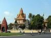 В нем расположено немало памятников истории. К ним относятся: монастырь Ват Пном со ступой (1434 г.), комплекс старинного Королевского дворца и превосходная Серебряная пагода. Главное достояние города – пагода Пень, стоящая на холме в центре города, с главным сооружением – статуей Будды в позе лотоса.