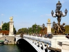 Арочный мост украшают многочисленные фонари в стиле модерн, херувимы с нимфами, лошади с крыльями. Его строительство закончилось в 1900 году, и назвали на честь Александра III.