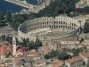 Некоторые части Колизея были достроены в другие столетия, поэтому Арена имеет несколько необычный вид. Главной частью считается, конечно же, центр амфитеатра, который имеет достаточно большие размеры. Сюда можно было попасть через несколько входов, но гладиаторов и зверей выпускали всего лишь через два.