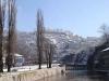 В Сараево проживает около трехсот тысяч человек. Здесь есть свой аэропорт международного сообщения. В городе развиты многие отрасли производства. Это химическая, машиностроительная, легкая, пищевая, текстильная и прочие. Здесь занимаются различными ремеслами.