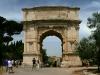 Очень важной особенностью является тот факт, что греческий орден здесь не нес никакой смысловой нагрузки, а был, скорее, частью декора. Арочная конструкция, которая была главным архитектурным изобретением древних римлян, стала основой сооружения.