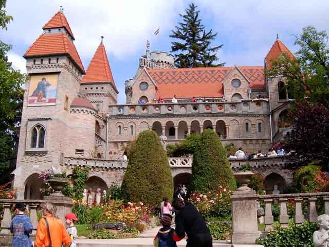 Во времена средневековья здесь находилась резиденция королей Венгрии. Сейчас на территории города живет около ста тысяч жителей. Здесь развита промышленность. Можно увидеть разные памятники архитектурного искусства.