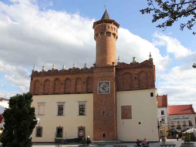 """Главной достопримечательностью Тарнува является городская ратуша. Ее готическую башню украшают старинные часы, а у входа расположена надпись – """"Храни, господи, твои входы и выходы"""". В настоящее время в ратуше находится музей, обладающий коллекцией живописи и прикладного искусства, связанных с историей Тарнува."""