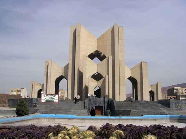Впервые упоминается как столица Атропатены в 4 веке до н.э. Тебриз трижды разрушали мощные землетрясения 858, 1041 и 1721 годов. Как и в большинстве иранских городов в нем нашел свой последний приют один из персидских поэтов – Шахрияр.