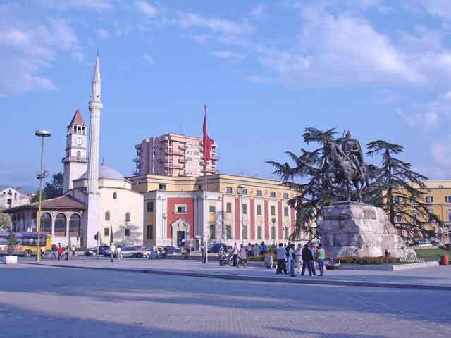 Главные достопримечательности Тираны расположены в центре города. В первую очередь это площадь Скандербега. Посредине площади возвышается статуя всадника – национального героя страны Скандербега. Здесь же находится мечеть Этхема-бея и часовая башня, которая считается одним из старейших сооружений города и символом Тираны.