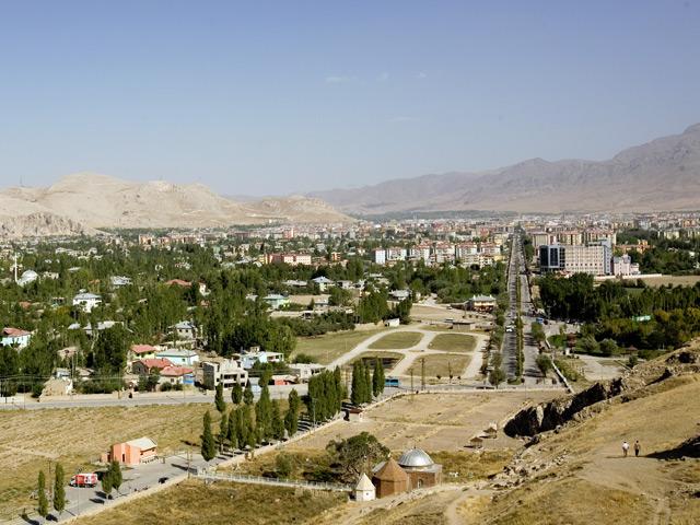 Ван (Van) – крупнейший административный центр на востоке Турции. Город основан на месте столицы государства Урарту. С 11 века он принадлежал Византии, а в 17 веке был захвачен турками. В Ване сохранилось огромное количество памятников созданных в древние времена.