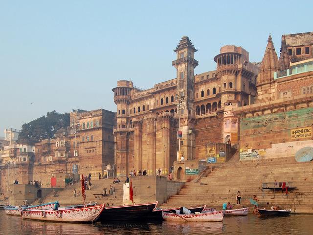 Варанаси (Varanasi) – главный для индусов город в северо-восточной Индии. Его считают святым городом в мире индуизма. Название города происходит от слияния названий двух рек Варуны и Асси, огибающих город.