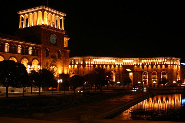 Площадь Еревана ночью