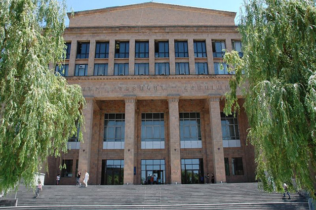 Здание в центре Еревана