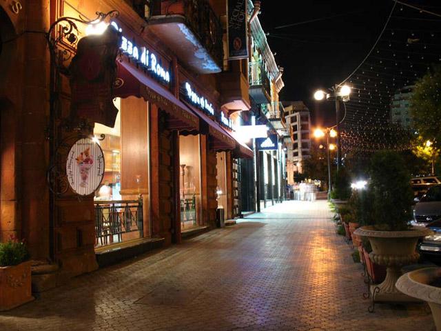 Улица Еревана в ночи