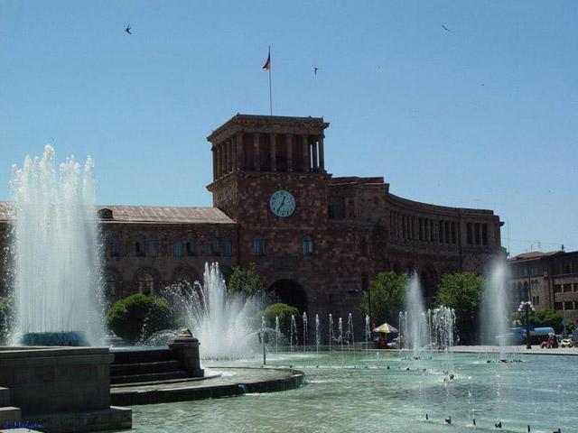 Фонтаны на площади в Ереване