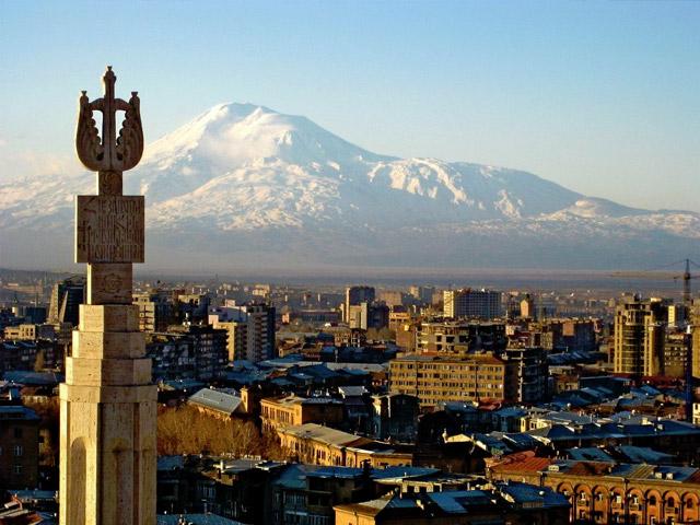 Армянский город – столица Ереван, расположенный на реке Раздан, окружен величественными горами. Он прославился как крепость, а затем был торговым и ремесленным центром Восточной Армении. Здесь проживает около 1300 тыс. жителей.