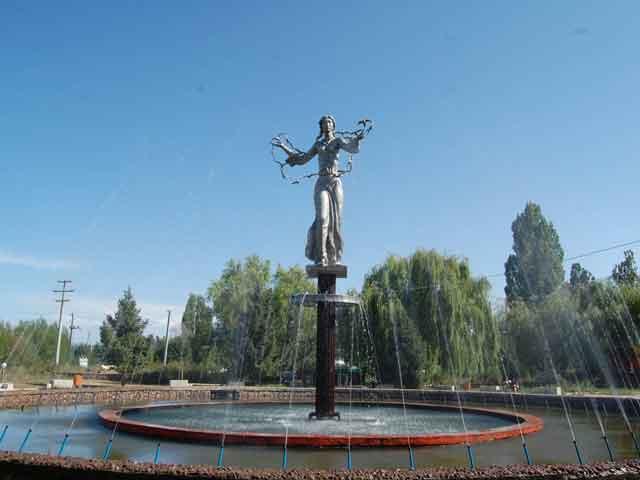 Иссык-Куль (Yssyk-Kul) – замечательный небольшой городок, который существует как почтовая станция на всем известном одноименном озере в Киргизии. Он обустроен прекрасными виллами и санаториями, ведь озеро имеет неплохие лечебные свойства.