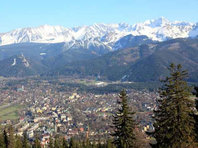 Несмотря на маленькие размеры он очень популярный среди туристов, ведь на десять горнолыжных центров припадает около сотни подъемников.